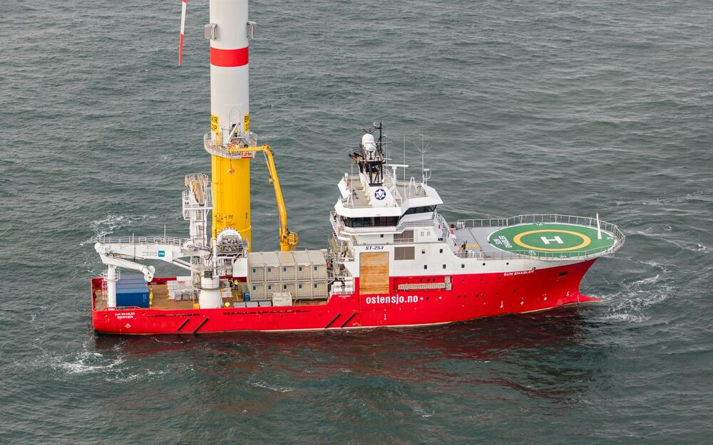 Supply vessel equipped with containers